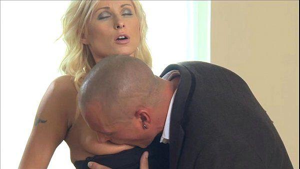 Sexo Romântico Da Coroa Loira Com Este Experiente No Oral