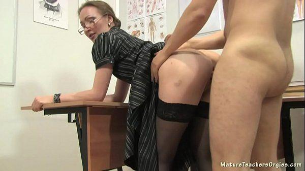 Professora Dando Pro Aluno Depois Da Aula